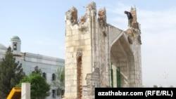 Aşgabatda 'Azady' metjidiniň howlusy daraldylýar