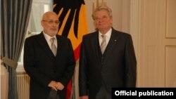 Посол Армении в Германии Ваан Ованнисян (слева) и президент ФРГ Иоахим Гаук, 24 февраля 2014 г. (Фотография - пресс-служба МИД Армении)