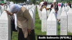 Могилы похороненных боснийских мусульман, убитых в Сребренице в 1995 году. Мемориальный центр недалеко от Сребреницы. 11 июля 2013 года.