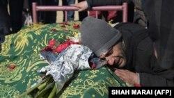 Një i afërm i gazetarit Saeed Jawad Hossini, qan gjatë varrimit të gazetarit të vrarë më 21 janar, 2016