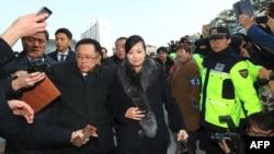 Хён Сонг Вол, папулярная кіраўніца поп-гурту «Моранбонг» прыбывае ў горад Ганьгун.