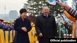 Президент Южной Кореи Пак Кын Хе (слева) и президент Казахстана Нурсултан Назарбаев. Сеул, 10 ноября 2016 года.