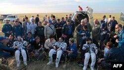 گروه سه نفره فضانوردان، راست به چپ: سامانتا کریستوفورتی، آنتوان شکاپلروف و تری ویرتز