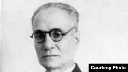 احمد کسروی در سال ۱۸۹۰ ميلادی در تبريز به دنيا آمد. سه ساله بود که به مکتب رفت و پس از مکتب نيز او در مدرسه های ديگر، قران، عربی و صرف و نحو را فرا گرفت.