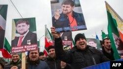 Портреты главы Чечни Рамзана Кадырова на митинге в Грозном, архивное фото