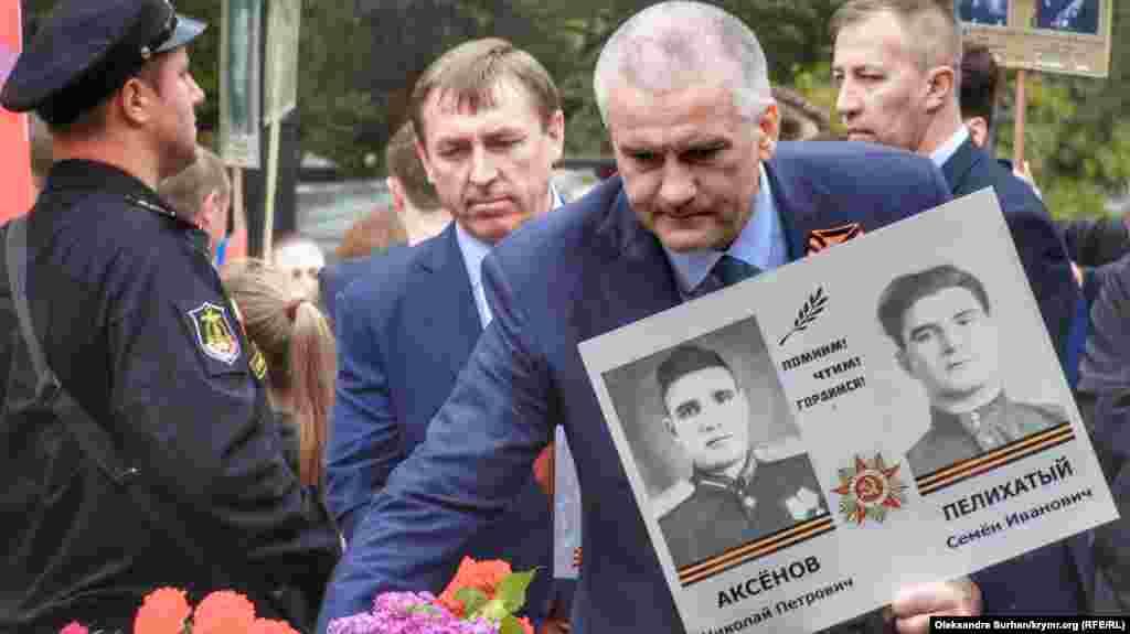 Российский глава Крыма Сергей Аксенов возложил цветы к Вечному огню