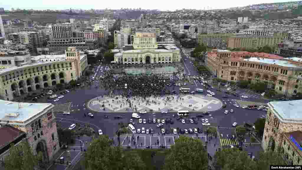 Пізніше учасники акції почали блокувати урядові будівлі в Єревані, зокрема Генпрокуратури, Центрального банку, Касаційного суду, Комітету держприбутків, новий корпус уряду, де розташовані декілька міністерств, у тому числі Міністерство закордонних справ і Міністерство юстиції