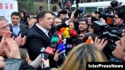 Тбилисский мэр утверждает, что задержанных отпустили только после того, как он лично вмешался в происходящее: по его словам, визит генсека НАТО также сыграл серьезную роль