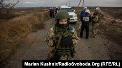 Донбас: поблизу Петрівського дзеркальне розведення військ – фоторепортаж