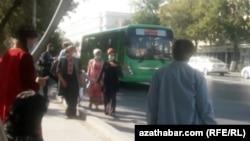 Автобусная остановка в Ашхабаде, ноябрь, 2020