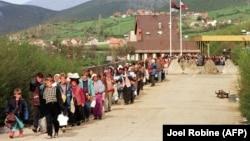 Izbeglice sa Kosova ulaze u Albaniju (15. April 1999.)
