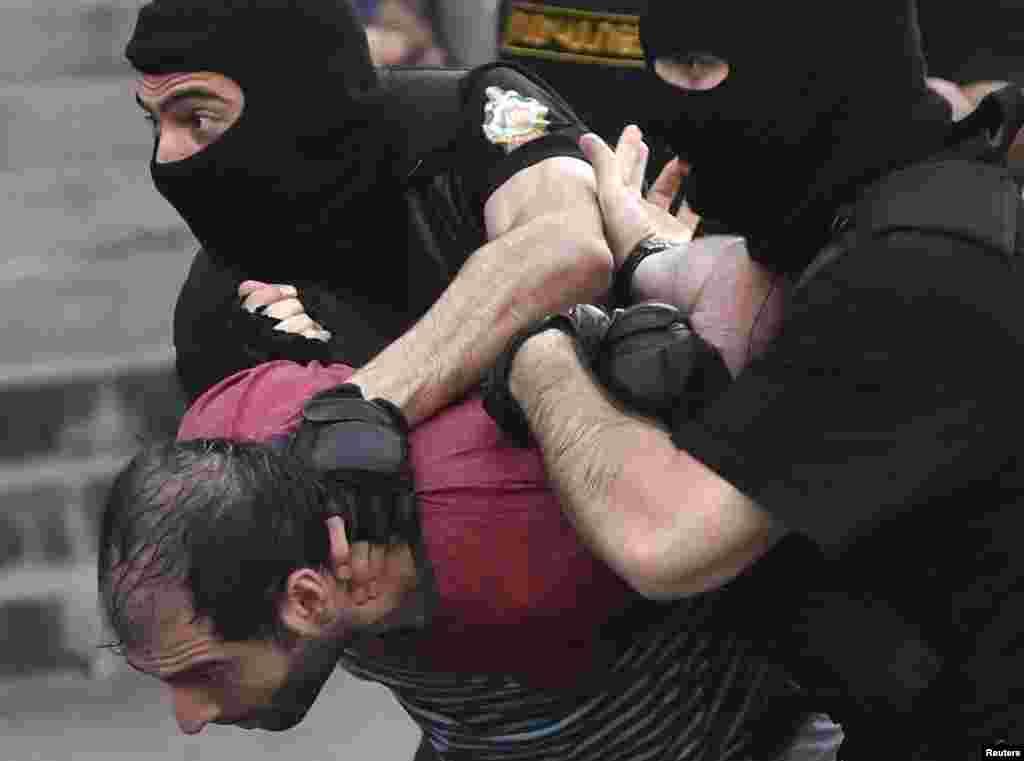 Полиция применила силу не только к протестующим, но и к журналистам, сообщает армянская служба Радио Свобода