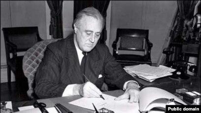 Prezident Franklin D.Roosevelt Lend-Liz proqramını imzalayarkən