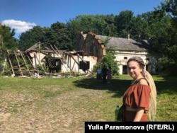 Маргарита Пырко показывает развалины замковых конюшен
