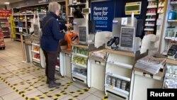 """В магазине """"Теско"""" в Лондоне пол размечен на участки, в которых может находиться только один человек. 21 марта 2020 года"""