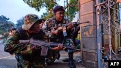 Солдаты участвуют в перестрелке возле торгового центра Westgate в Найроби, 23 сентября 2013 года.