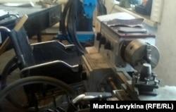 В цехе по ремонту инвалидных колясок. Семей, 10 января 2013 года.