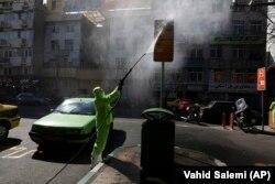 په تهران کې یو حکومتي کارکوونکی د جراثیمو ضد دوا پاشي