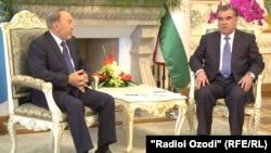 Президент Казахстана Нурсултан Назарбаев (слева) и президент Таджикистана Эмомали Рахмон на встрече в ходе саммита ОДКБ в Душанбе. 14 сентября 2015 года.