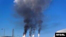 Факельные установки завода «Тенгизшевройла» по сжиганию сероводорода. Атырауская область.