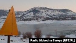 Од општината Новаци, во чии рамки е Мариово, велат дека одржувањето на овој патен правец не е во нивна надлежност, туку на Македонија пат.