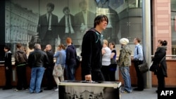 """Битлз остаются популярны во всем мире. На фото: начало продажи компьютерной игры """"The Beatles: Rock Band"""" в комплекте с полной дискографией, Ливерпуль, 9 сентября 2009"""