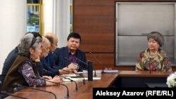 Первое заседание клуба казахского языка «Мәміле». Пятый слева Канат Тасибеков. Алматы, 11 февраля 2017 года.