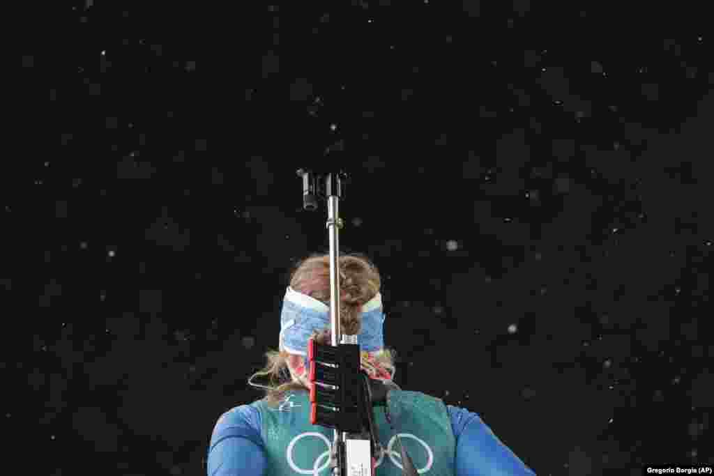 Биатлон: американка Эмили Драйсигекр согревается во время тренировки по стрельбе в лыжном центре «Альпенсия»
