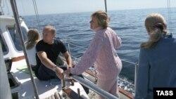 Владимир Путин зайыбы Людмила және қыздарымен бірге демалыс кезінде. 2002 жылы түсірілген сурет.