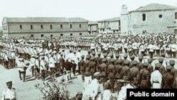 Несмотря на тяжелые условия, солдаты и офицеры Белой армии продолжали поддерживать военную готовность. Парад русских войск в Галлиполи в 1921 году