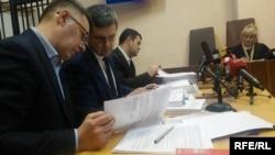 Роман Насіров (третій зліва) на засіданні суду, Київ, 26 квітня 2017 року
