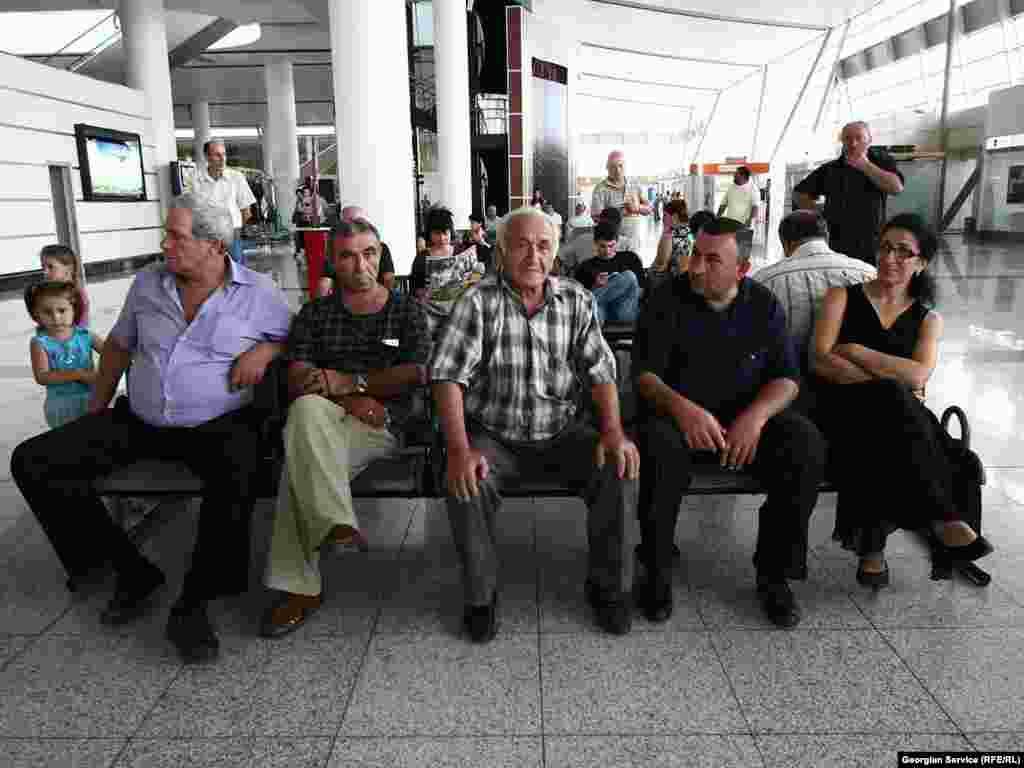 """რეისები კვირაში სამჯერ - ორშაბათს, ხუთშაბათს და შაბათს შესრულდება. - 23 აგვისტოს, ბოლო ორი წლის განმავლობაში პირველად, მოსკოვიდან თბილისის მიმართულებით და პირიქით, პირდაპირი ჩარტერული ავიარეისი შეასრულა რუსეთის კომპანია """"სიბირმა"""". 3 ოქტომბრამდე ავიაკომპანიის თვითმფრინავები კვირაში სამ ჩარტერულ რეისს შეასრულებენ."""