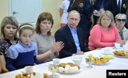 Владимир Путин в Абакане пил с погорельцами из Хакасии чай и обещал помощь
