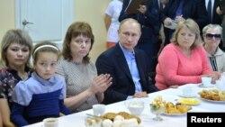 Орусиянын президенти Владимир Путин Хакасиядагы өрттөн жабыркагандар менен жолукту. Хакасия, 21-апрель, 2015.