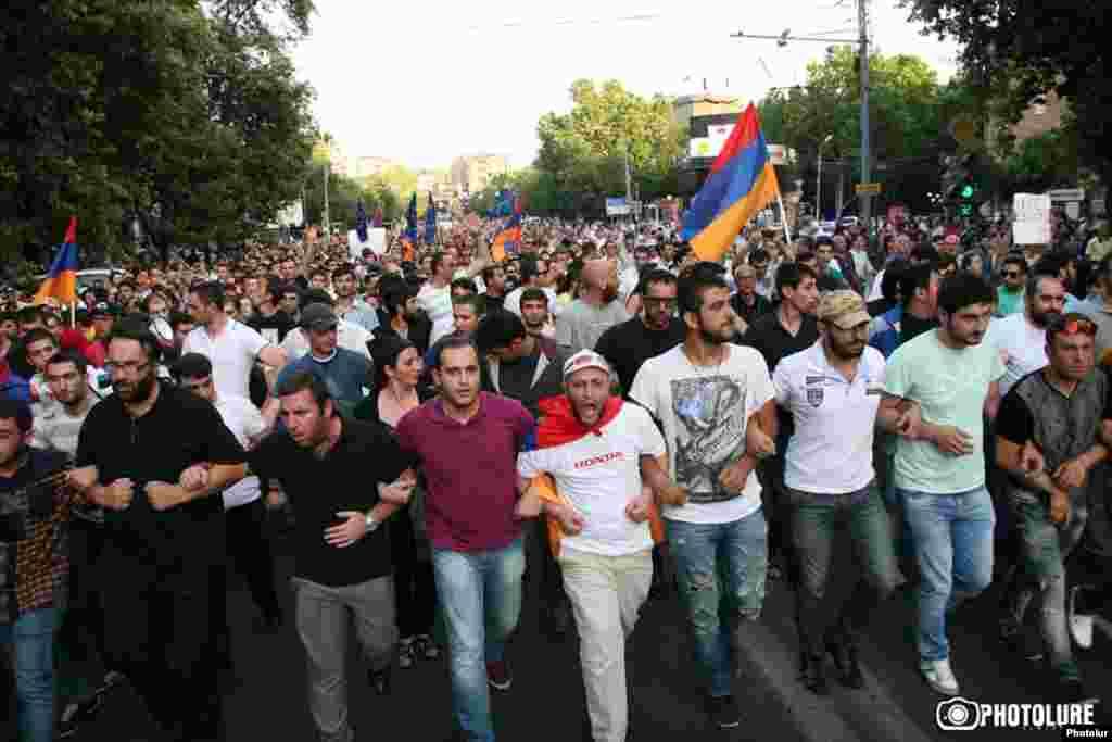 Армения - тысячи людей протестуют против повышения тарифа на электроэнергию, Ереван, 22 июня 2015 г.