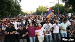 Єреван. Тисячі людей протестують проти підвищення тарифу на електроенергію, 22 червня 2015 року