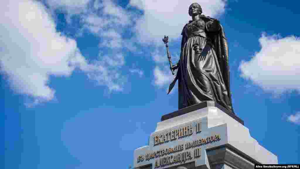 В Симферополе появился памятник Екатерине ІІ, 19 августа Памятник Екатерине высотой 10 метров расположен в Екатерининском парке Симферополя. Скульптуру доставили из подмосковного Жуковского, где она была изготовлена на скульптурно-производственном комбинате «Лит Арт».