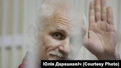 Алесь Бяляцкі за кратамі
