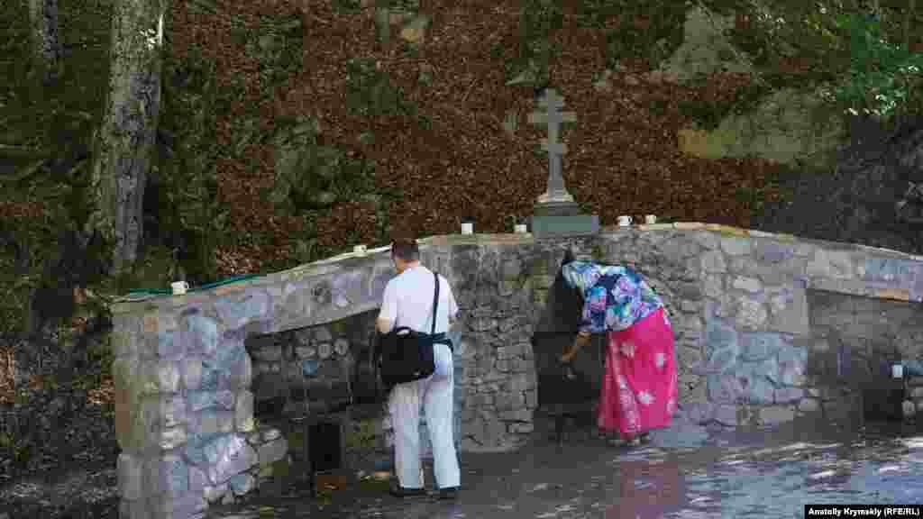 Цілюще джерело Савлух-Су. У 1998 році воду джерела занесли до Довідника мінеральних лікувально-столових вод України. Цілющість воді надає високий вміст іонів срібла й цинку