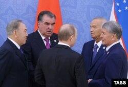 Слева направо: президент Казахстана Нурсултан Назарбаев, президент Таджикистана Эмомали Рахмон, президент России Владимир Путин, президент Узбекистана Ислам Каримов и президент Кыргызстана Алмазбек Атамбаев. Ташкент, 24 июня 2016 года.