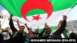 Алжирцы во время протестного марша. Алжир, 1 ноября 2019 года (архив)