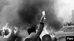 صحنه ای از تظاهرات در هنگام انقلاب بهمن ۵۷