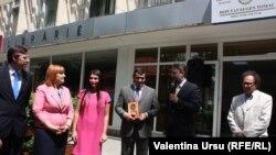 Eugen Tomac (centru) la deschiderea oficiului de la Chişinău, împreună cu Dorin Chirtoacă, Liliana Palihovici, Elena Udrea, Marius Lazurca, Arcadie Suceveanu, 18 mai 2013