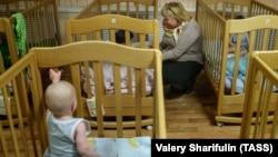 Малыши в московском доме ребенка