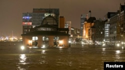 В порту Гамбурга затоплен знаменитый рыбный рынок (6 декабря 2013 года)