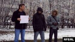 К одиночному пикету Немцова присоединились люди, которые честно признались, что они - провокаторы.