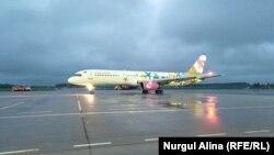 Самолет на взлетно-посадочной полосе в аэропорту Петропавловска. 8 июня 2019 года.
