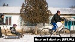 Дети на улице в селе в Алматинской области. Иллюстративное фото.