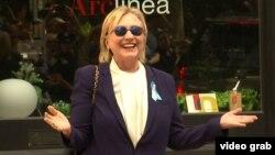 Гілларі Клінтон з'явилася на публіці через кілька годин після інциденту, коли відпочила в будинку своєї доньки у Нью-Йорку, 11 вересня 2016 року