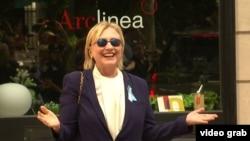 Хиллари Клинтон появилась на публике через несколько часов после инцидента, когда отдохнула в доме своей дочери в Нью-Йорке, 11 сентября 2016 г.